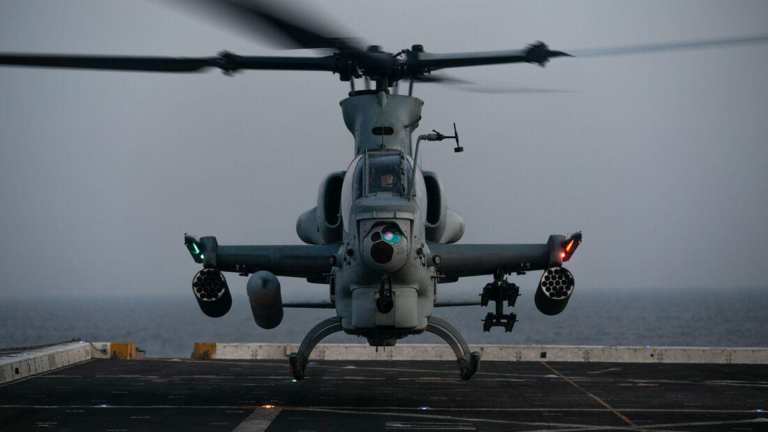 15th MEU Marines practice deck landings aboard USS Somerset