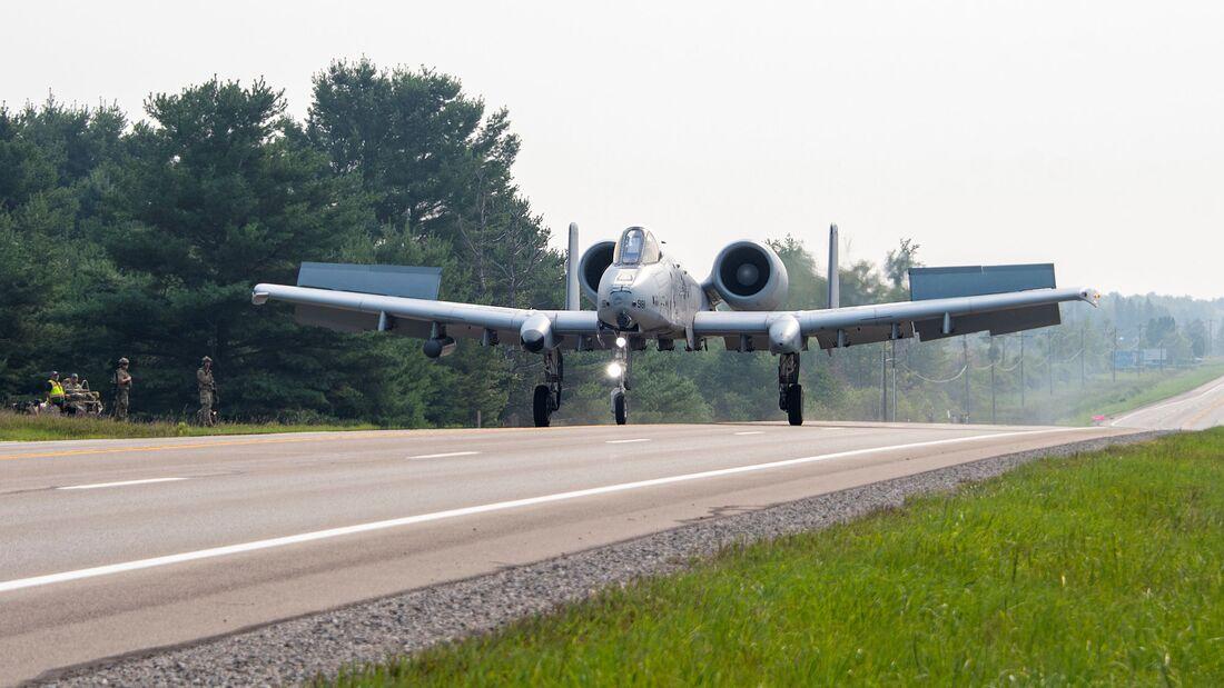 A-10 Thunderbolt II der US Air Force probten den Einsatz von Bundesstraßen in Michigan.