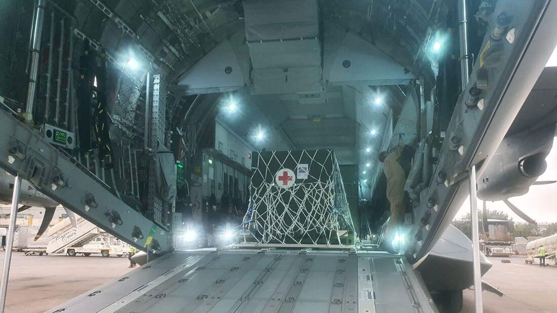 A400M der Luftwaffe transportieren eine Sauerstofferzeugungsanlage nach Neu-Delhi