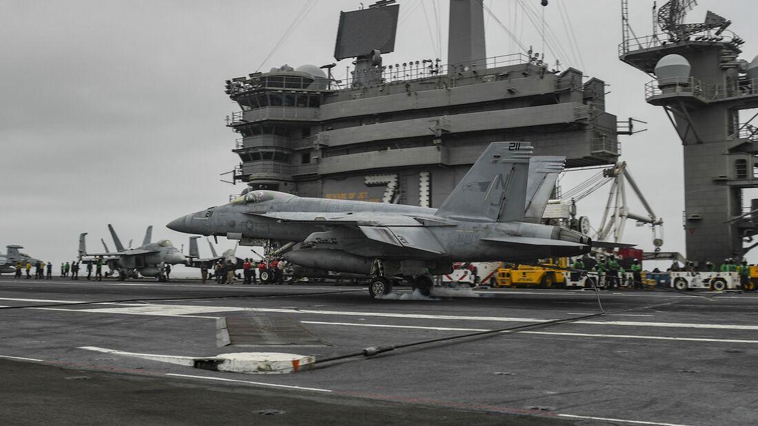 "Am 26. September 2020 gelang es einer F/A-18E zum 100000. Mal, das bevorzugte Fangseil 3 der ""Roosevelt"" zu treffen."