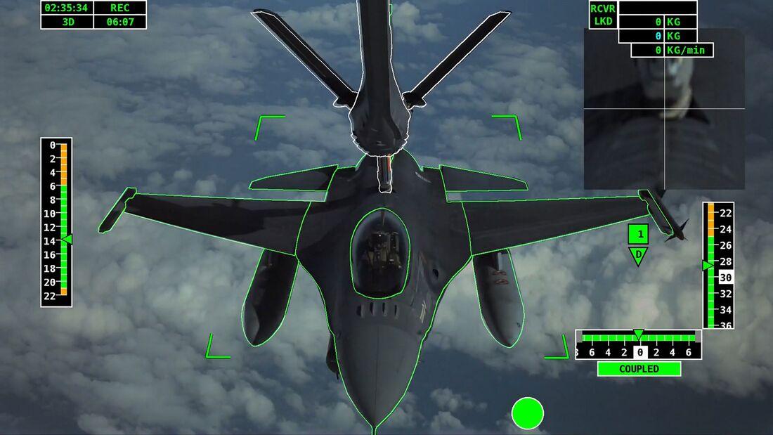 Automatische Luftbetankung einer F-16 mit dem A3R-System von Airbus.