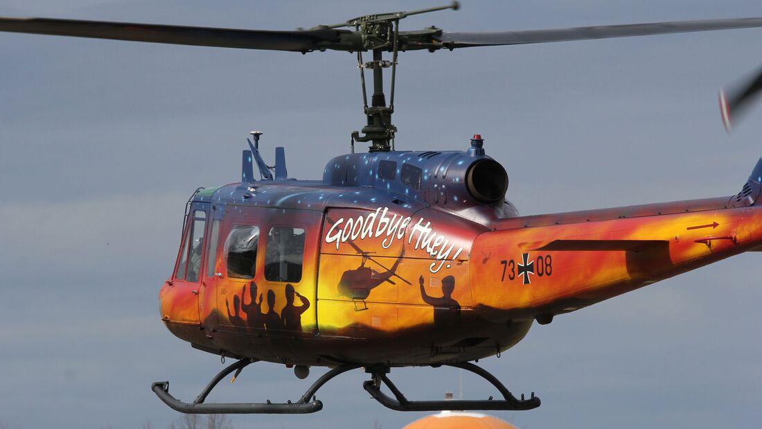 """Bell UH-1D der Heeresflieger mit """"Goodbye Huey!""""-Sonderanstrich."""