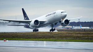 Boeing 777F von Lufthansa Cargo startet in Frankfurt.