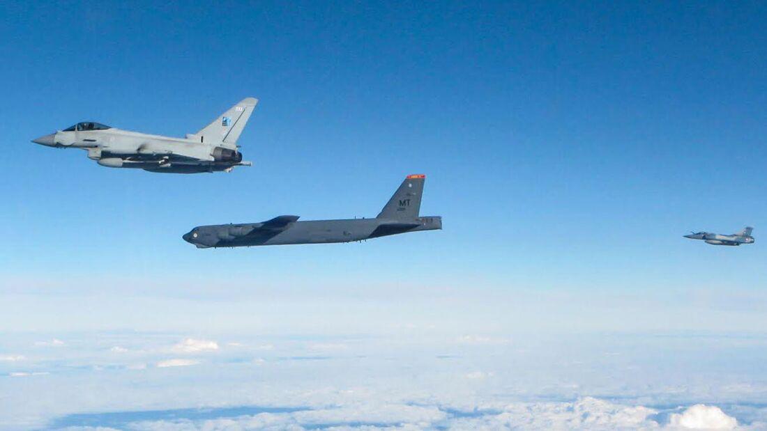 Boeing B-52H beim Überflug aller NATO-Staaten am 28. August 2020: Hier mit Eurofighter der RAF und französischer Mirage 2000, die beim Baltic Air Policing im Einsatz sind.