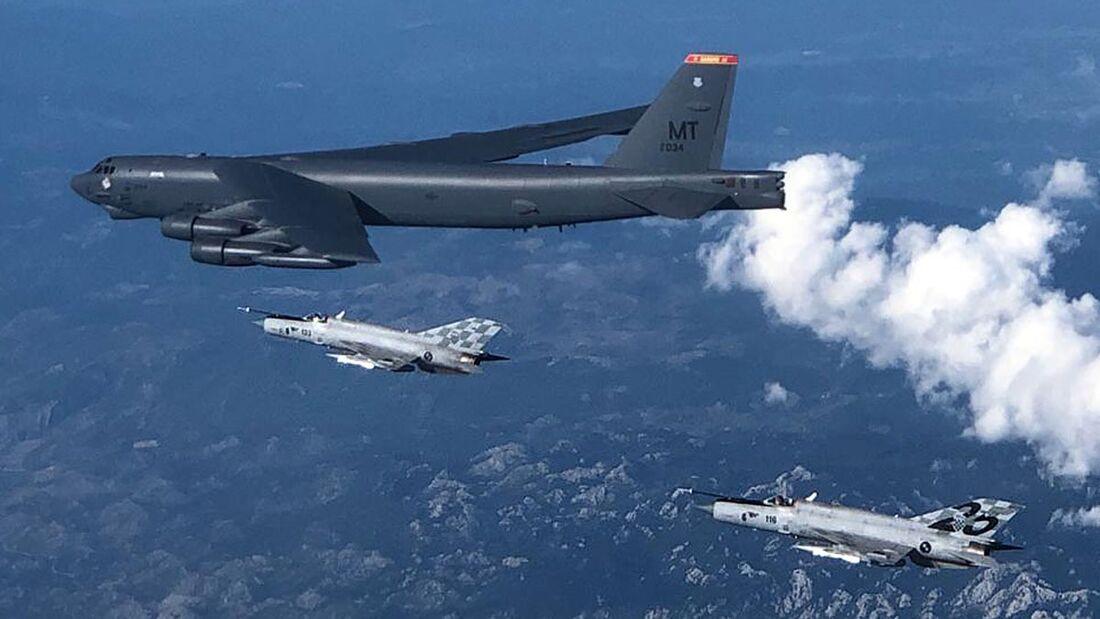 Boeing B-52H beim Überflug aller NATO-Staaten am 28. August 2020: Hier mit MiG-21 aus Kroatien.