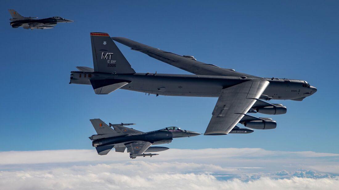Boeing B-52H der US Air Force überflogen am 28. August 2020 alle 30 NATO-Staaten an einem Tag. Hier mit F-16 aus Belgien.