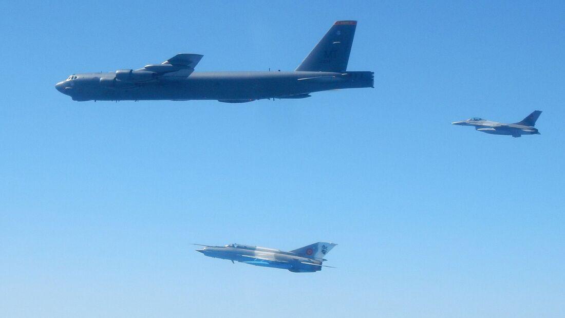 Boeing B-52H der US Air Force überflogen am 28. August 2020 alle 30 NATO-Staaten an einem Tag. Hier mit F-16 und MiG-21 aus Rumänien.