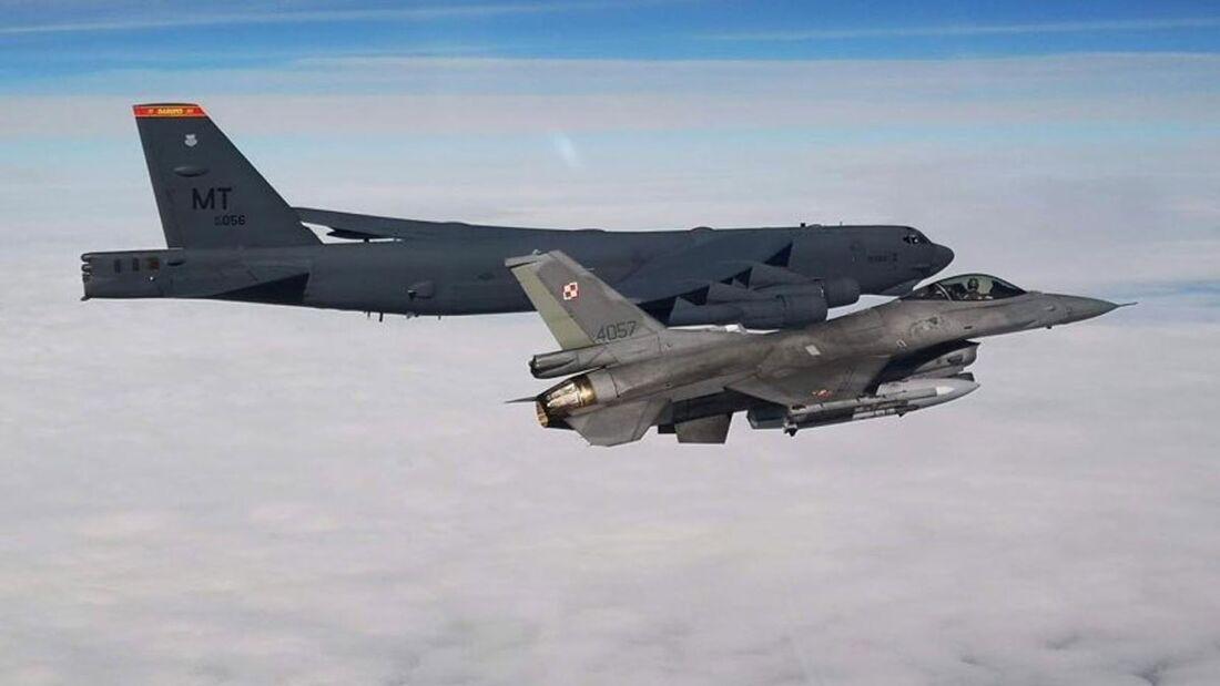 Boeing B-52H der US Air Force überflogen am 28. August 2020 alle 30 NATO-Staaten an einem Tag. Hier mit einer F-16 aus Polen.