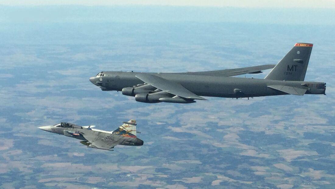 Boeing B-52H der US Air Force überflogen am 28. August 2020 alle 30 NATO-Staaten an einem Tag. Hier mit einer JAS 39 Gripen aus Tschechien.