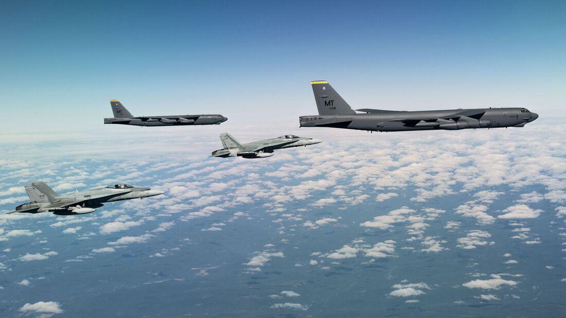 Boeing B-52H der US Air Force überflogen am 28. August 2020 alle 30 NATO-Staaten an einem Tag. Hier mit kanadischen Hornets.