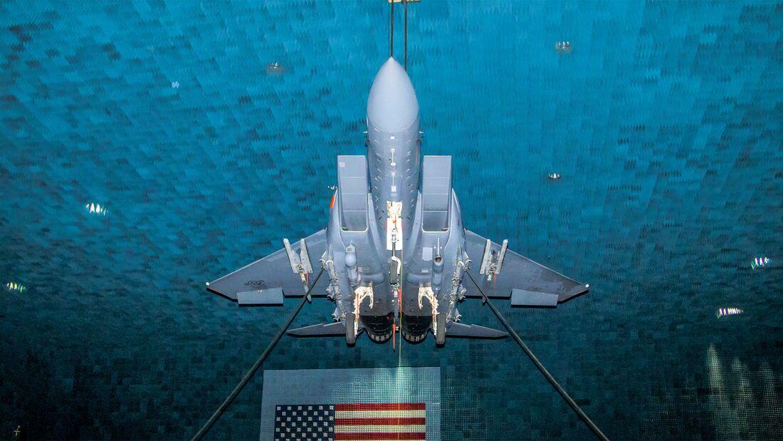 Boeing F-15E in der Benefield Anechoic Facility auf der Edwards AFB für Tests des EPAWSS.