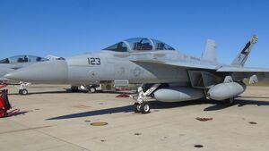 Boeing F-18F mit dem IRST Block-II-Behälter unter dem Rumpf.