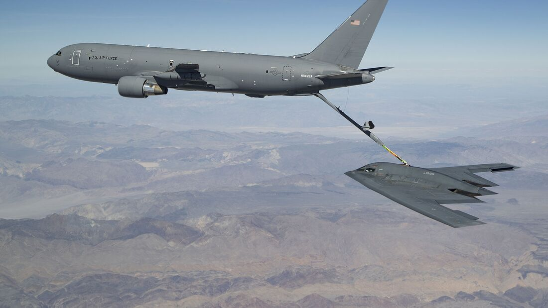 Boeing KC-46A betankt Northrop Brumman B-2A Spirit in Edwards AFB.