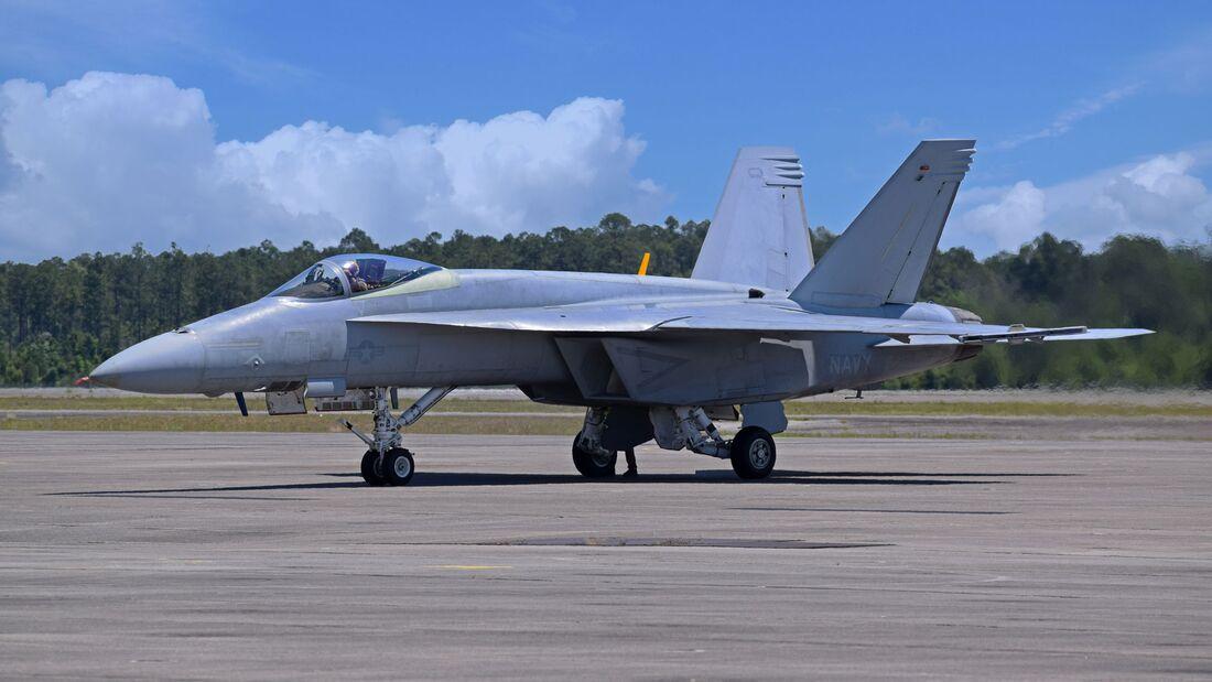 Boeing hat die erste für die Blue Angels bestimmte F-18E Super Hornet ausgeliefert. Sie durchläuft ein Testprogramm bei der US Navy in Patuxent River.