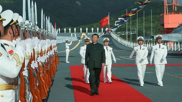 """Chinas Präsident Xi Jinping bei der Indienststellung des Flugzeugträgers """"Shandong""""."""