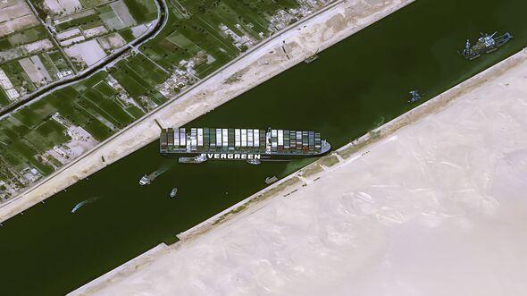 """Das im Suezkanal auf Grund gelaufene Containerschiff """"Ever Given"""" im Blick des Auklärungssatelliten Pleiades (70 cm Auflösung)."""