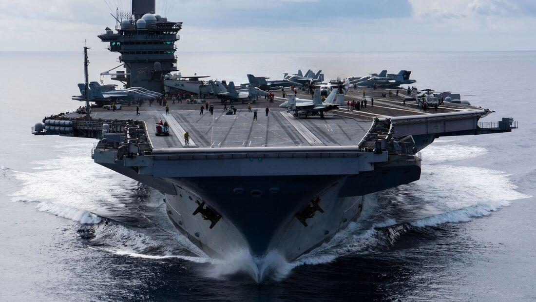 """Der Flugzeugträger USS """"Carl Vinson"""" auf Einsatzfahrt vor seiner Überholung in Bremerton."""