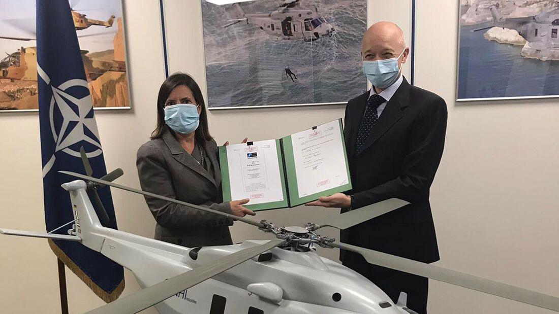 Der Sea Tiger-Vertrag wurde von Nathalie Tarnaud-Laude, President von NHIndustries und Giorgio Gomma, Generaldirektor der NATO Helicopter Management Agency unterzeichnet.