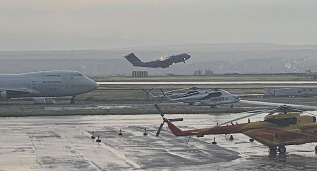 Deutsche Soldaten fliegen mit A400M auf dem Heimweg von Agfhanistan über Tiflis.