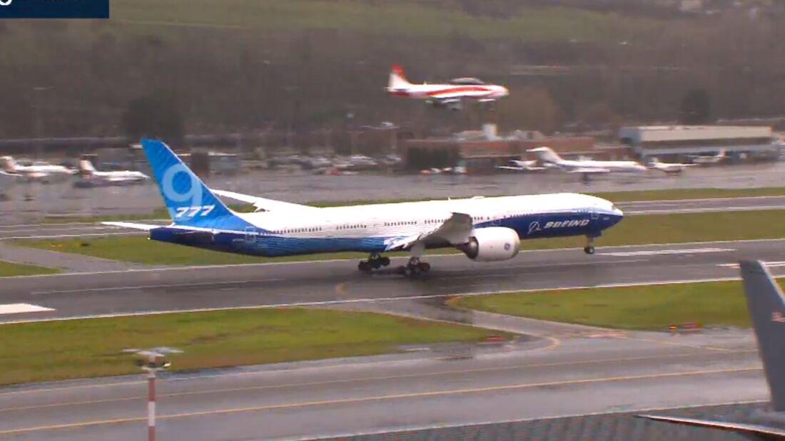 Die Boeing 777-9 landet nach dem Erstflug auf dem Boeing Field in Seattle