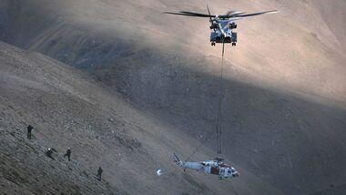 Die CH-53K King Stallion hat während ihrer Truppenerprobung einen notgelandeten Navy MH-60S Knighthawk-Hubschrauber vom Mount Hogue in den White Mountains in Kalifornien geborgen.