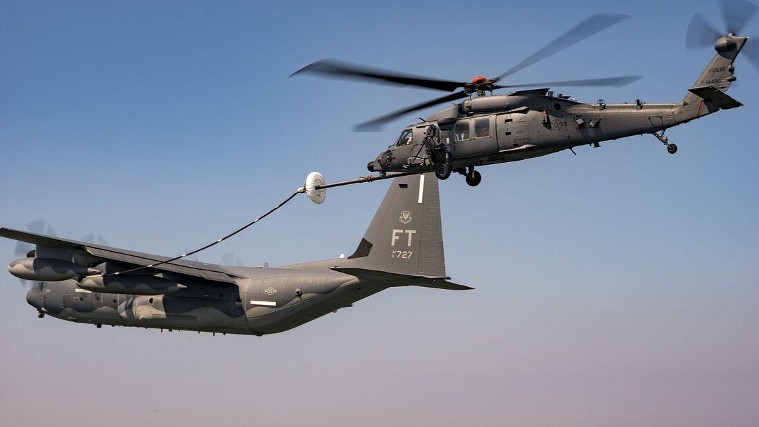 Die Luftbetankungsversuche des neuen CSAR-Hubschraubers Sikorsky HH-60W wurden mit einer HC-130J durchgeführt.