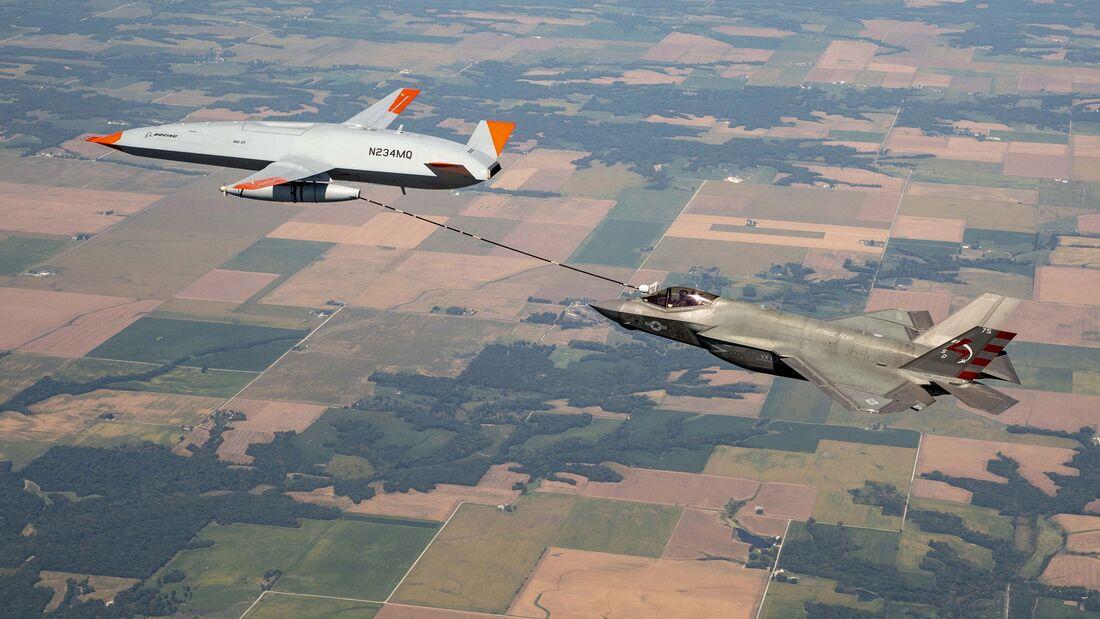 Die MQ-25 T1 von Boeing hat nun auch erstmals die F-35C der US Navy betankt.