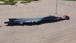 Die US Air Force lieferte einen B-1B-Rumpf an die Wichita State University. Es soll komplett zerlegt und inspiziert werden.