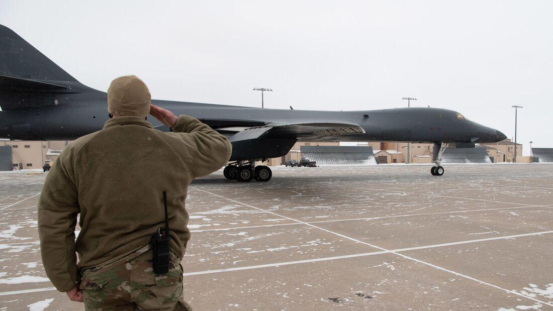 Die US Air Force mustert 17 ihrer B-1B Lancer aus. Als erstes Flugzeug wurde die 85-066 von Ellsworth AFB nach Davis-Monthan AFB in Arizona überführt.