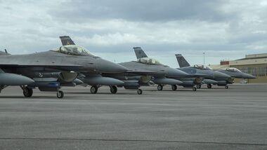 Die USAF testet in Eglin das SABR-Radar von Northrop Grumman in der F16C. Hier eine Viererformation vor dem Start.