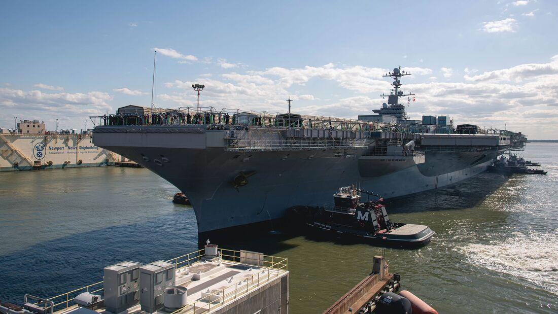 """Die USS """"Stennis"""" wurde Anfang Mai 2021 für ihre vierjährige große Überholung zu Newport News Shipbuilding gebracht."""