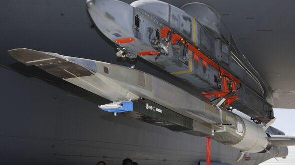 Die X-51A an ihrem B-52-Trägerflugzeug.