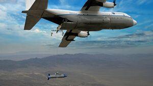 """Die X-61A Gremlin kann von einer C-130 aus gestartet und nach dem Andocken an die """"Bullet"""" wieder in den Frachtraum gehievt werden."""