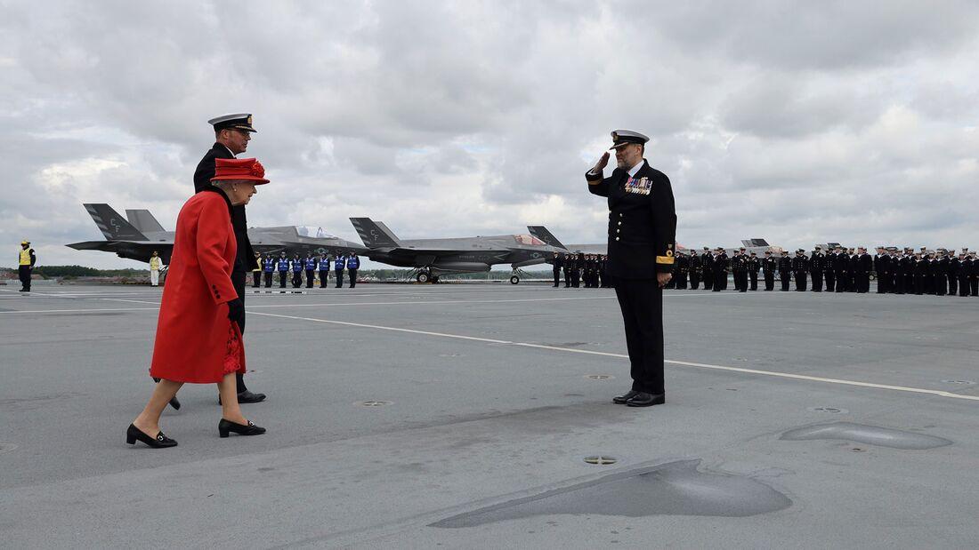 """Die englische Königin besuchte am 22. Mai 2021 den Flugzeugträger """"Queen Elizabeth"""", bevor dieser zu seiner ersten Einsatzfahrt aufbrach, die bis nach Japan führt."""