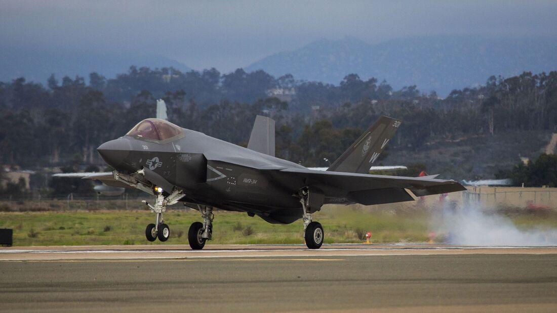 """Die erste F-35C Lightning II für das US Marine Corps traf am 21. Januar 200 in Miramar ein. Sie gehört zur VMVA-314 """"Black Knights""""."""