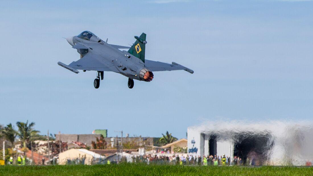Die erste Gripen E für Brasilien ist nach dem Schiffstransport aus Schweden vom Flughafen Navigantes zu Embraer in Gaviao Peixoto geflogen.