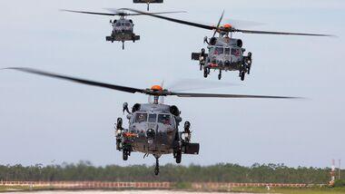 Die vier Prototypen des Sikorsky HH-60W im Flugtest in West Palm Beach.