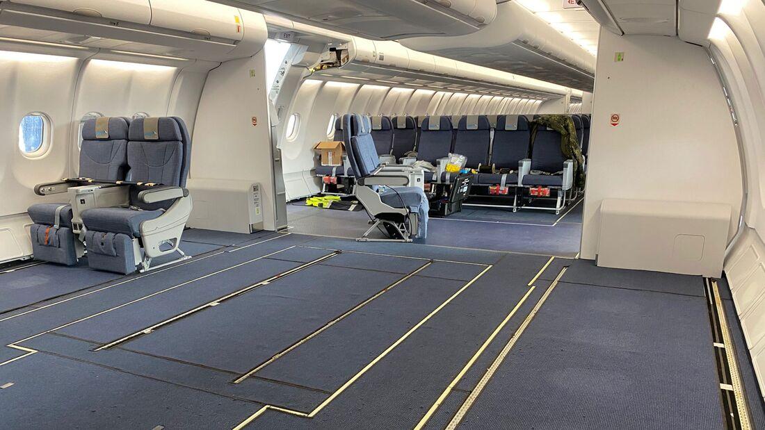 Ein A330 MRTT (T-056) der MMU der NATO wird in Köln-Wahn für die MedEvac-Rolle ausgerüstet.