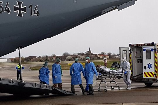 Ein Airbus A400M der Luftwaffe holt Covid-19-Patienten aus Straßburg ab.