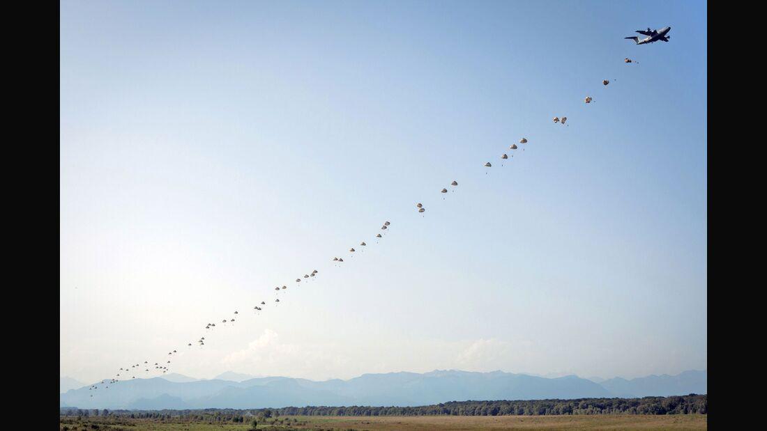 Ein Airbus A400M setzt erstmals 80 Fallschirmjäger aus beiden Seitentüren gleichzeitig ab.