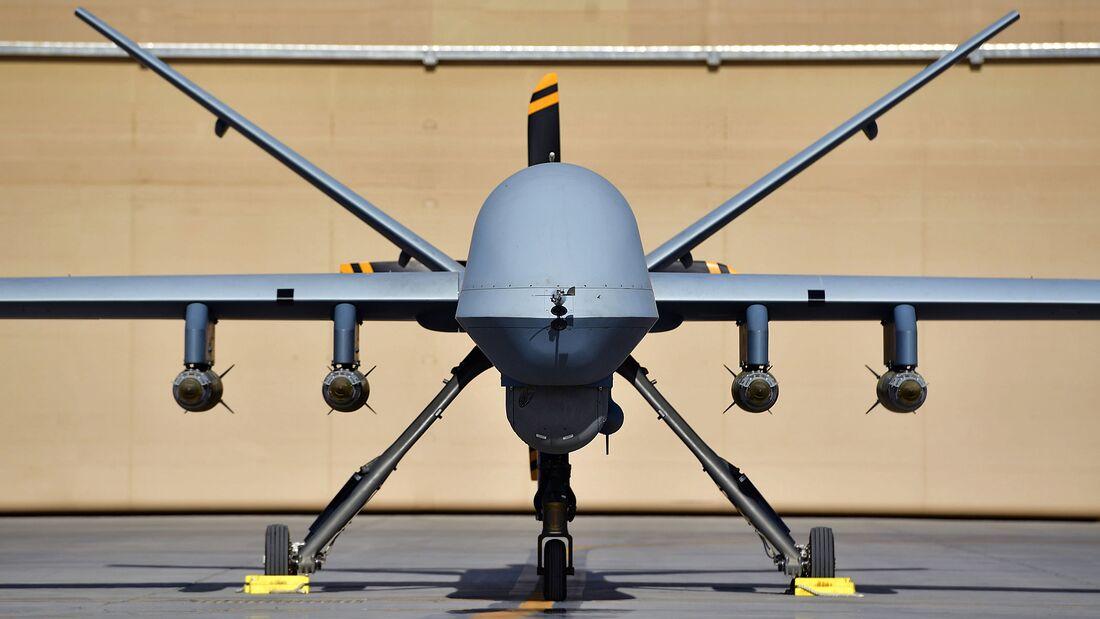 Ein MQ-9 Reaper der 62. Expeditionsaufklärungsstaffel, bewaffnet mit vier GBU-38 Joint Direct Attack Munition auf dem Flugplatz Kandahar.
