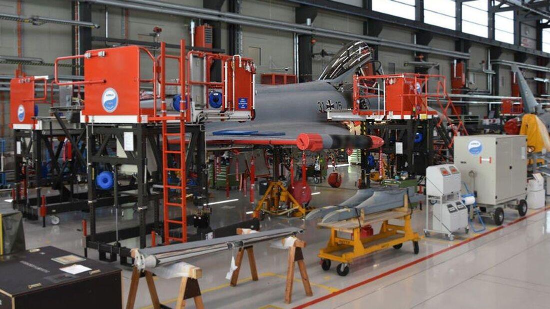 Ein für die Ausbildung benutzter Eurofighter der Tranche 2 wird bei Airbus in Manching wieder flugtauglich gemacht.
