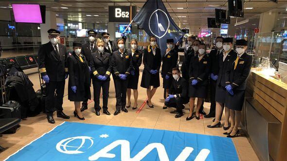 Eine A350 führt den längsten Nonstop-Flug der Lufthansa von Hamburg auf die Falkland-Inseln durch. Hier die Crew am 31. Januar 2021 vor dem Start.