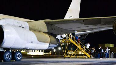 Eine Boeing 707-300 der israelischen Luftstreitkräfte holt Marinesoldaten aus Hamburg ab.