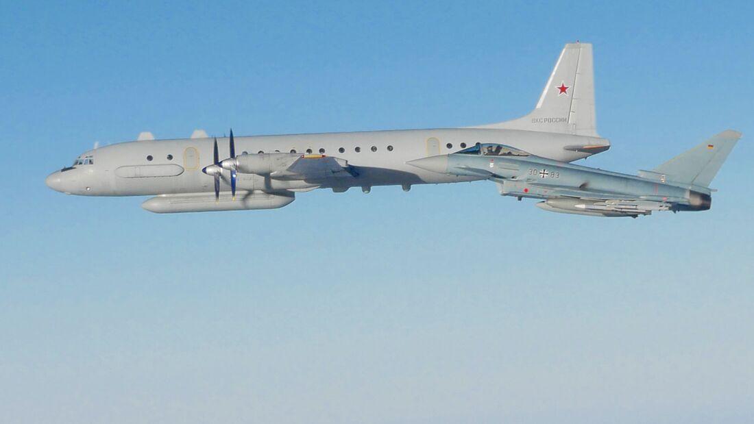 Eine Iljuschin Il-20 der russischen Luft- und Weltraumstreitkräfte wird von einem Eurofighter der Luftwaffe über der Ostsee begleitet.