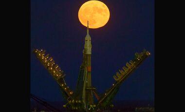 Eine russische Sojus-Kapsel auf der Startrampe