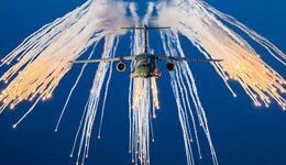 Embraer KC-390 Millenium bei Versuchen mit Täuschkörpern.