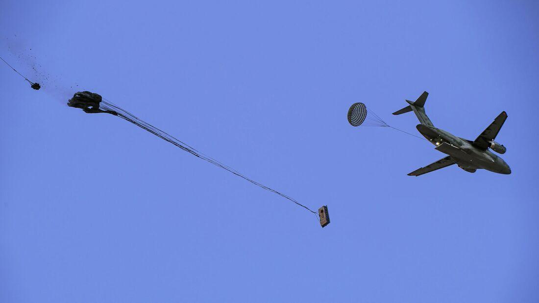 Embraer KC-390 Millenium beim Lastenabwurf.