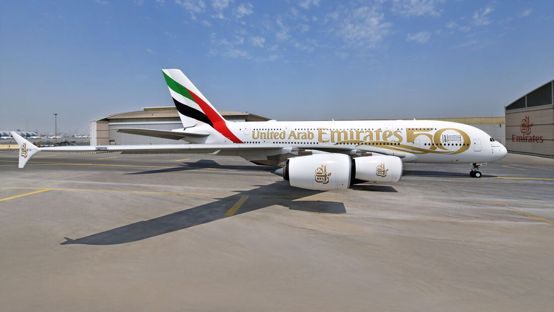"""Emirates A380 im Design """"50 Jahre VAE""""."""