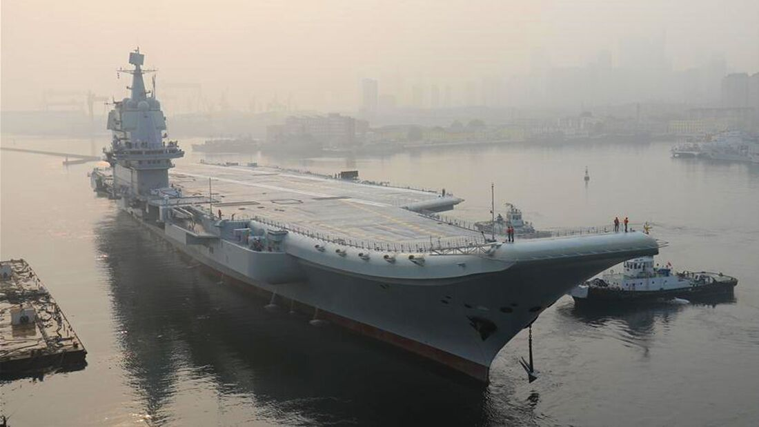 "Erster in China gebauter Flugzeugträger ""Shandong"" in Dalian."